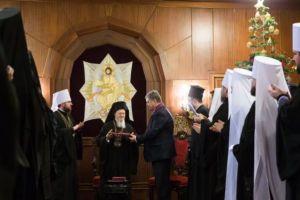 Ο Ποροσένκο βράβευσε τον Οικουμενικό Πατριάρχη για την Αυτοκεφαλία στη «νέα Εκκλησία»