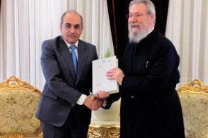 Στον Αρχιεπίσκοπο Κύπρου Χρυσόστομο παραδόθηκαν οι πρώτοι τόμοι του φακέλου της Κύπρου