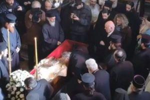 Με δάκρυα στα μάτια ο ιερός κλήρος, οι Μοναχοί και απλός λαός στη Σιάτιστα υποδέχθηκαν το σκήνωμα του Μητροπολίτη Παύλου