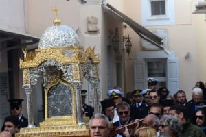 Η λιτάνευση της εικόνας της Παναγίας Τήνου και το έθιμο με τα «φαναράκια»