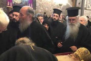 Σε λαϊκό προσκύνημα το σκήνωμα του Μητροπολίτη Σιατίστης Παύλου στη Χαλκίδα