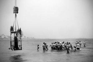 Τί γιορτάζουμε τα Θεοφάνεια και γιατί; Ασπρόμαυρες εικόνες απ΄ όλη την Ελλάδα, καθώς οι νέοι βουτούσαν για τον Σταυρό