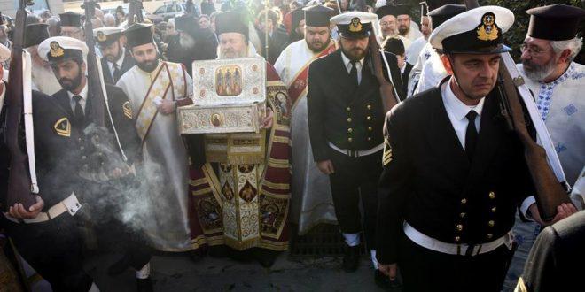 You are currently viewing Οι Τρείς Ιεράρχες μοίρασαν την χάρη τους σε εκατοντάδες πιστών στα Χανιά.