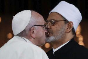 Η αμήχανη στιγμή με το «φιλί» μεταξύ του Πάπα και του Μεγάλου Ιμάμη των ΗΑΕ- Και στα…δικά μας!