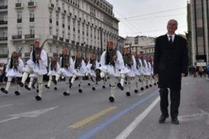 Συγκίνηση στην καθιερωμένη παρέλαση της Κυριακής, της Προεδρικής Φρουράς: Ο πατέρας του άτυχου Σπύρου παρήλασε δίπλα στους Εύζωνες