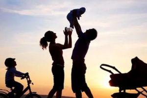 "O tempora, o mores! Ο Μακρόν στη Γαλλία καταργεί με νόμο τη ""μαμά"" και τον ""μπαμπά"" – Και θεσπίζει τα παιδιά να έχουν ""γονέα 1"" και ""γονέα 2"""