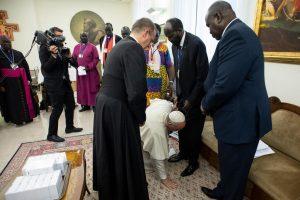 Πάπας Φραγκίσκος: Φίλησε τα πόδια πολιτικών για να σταματήσει ο πόλεμος στο Νότιο Σουδάν