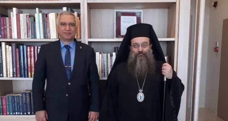 Ο Στρατηγός Κωσταράκος στη βιβλιοθήκη της Ι.Μ. Χίου με τον Μητροπολίτη Μάρκο