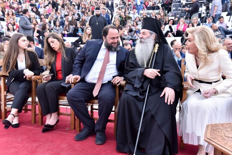 Η Μητρόπολη Πειραιώς τίμησε την Μαριάννα Βαρδινογιάννη και τον Βαγγέλη Μαρινάκη στην μεγάλη συναυλία κατά της φτώχειας με τον Μιχάλη Χατζηγιάννη.