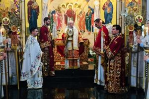 Ο αποχαιρετισμός των πιστών από τον Αρχιεπίσκοπο Δημήτριο, στο κήρυγμά του στο ναό της Αναστάσεως του Μπρούκβιλ