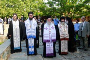Η Εκκλησία αποχαιρετά τον Άγιο Γέροντα Αιμιλιανό Σιμωνοπετρίτη – Η Εξόδιος Ακολουθία στην Ορμύλια Χαλκιδικής