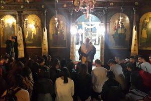 Γονατιστοί προσεύχονται οι 18χρονοι μαθητές στα Γρεβενά