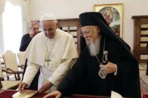 """Ο Πάπας Φραγκίσκος """"ψάλλει"""" το εγκώμιο στον Πατριάρχη Βαρθολομαίο"""