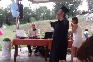 Viral: Παπάς χορεύει «σου τα τρώγανε οι παπατζήδες»