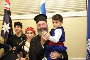 Mε μαντινάδες υποδέχθηκαν τον Aρχιεπίσκοπο Μακάριο στην ενορία του Αγίου Σπυρίδωνα στο Νοτιοανατολικό Σίδνεϊ- Συνοδευόταν και από τους γονείς του