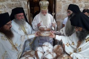Δεκάδες Αιγιαλείς με τον Σεβ. Καλαβρύτων έλαβαν την ευλογία τού Οσίου Λεοντίου στο ησυχαστήριό του