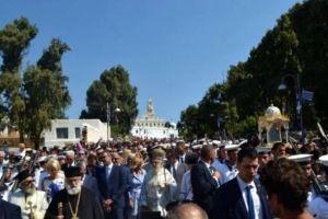 Χιλιάδες πιστοί στη χάρη της Παναγίας στην Τήνο
