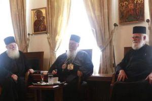Στη Μονή Βατοπαιδίου ο Φιλίππων Στέφανος – Ιερούργησε σήμερα της Παναγίας με το παλαιό στις Καρυές