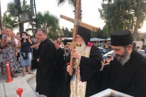 Τον Σταυρό του Μεγάλου Κωνσταντίνου υποδέχθηκαν στη Λεμεσό. Συγκίνηση και δέος από τους πιστούς στην προσφυγική περιοχή των Πολεμιδίων