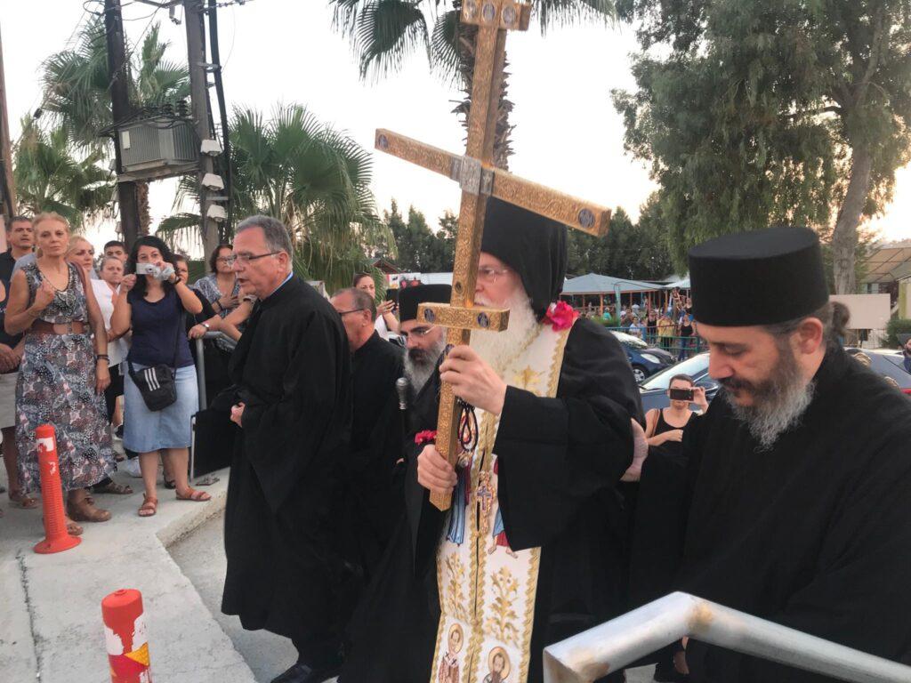 You are currently viewing Τον Σταυρό του Μεγάλου Κωνσταντίνου υποδέχθηκαν στη Λεμεσό. Συγκίνηση και δέος από τους πιστούς στην προσφυγική περιοχή των Πολεμιδίων