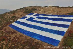 Τεράστια ελληνική σημαία ζωγράφισαν στα βουνά τους οι κάτοικοι των Οινουσσών