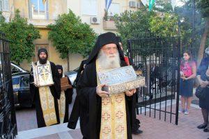 Ο Γέροντας Νεκτάριος φέρνει Τίμιο Ξύλο και άγια λείψανα στον Βύρωνα