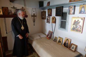 Ο Σεβ. Σύρου Δωρόθεος στο κελλί του Αγίου Πορφυρίου του Καυσοκαλυβίτου στο Άγιον Όρος