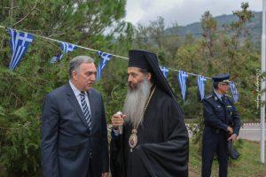 Ο Σεβ. Φθώτιδος Συμεών στο ορεινό Νικολίτσι με τον έναν κάτοικο: το είπε και το έκανε πράξη αγάπης