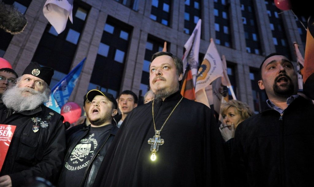 """Χοντραίνουν το παιχνίδι οι Ρώσοι! Απαράδεκτη διαδήλωση έξω από την ελληνική πρεσβεία στη Μόσχα- """"Πυρά"""" κατά κυβέρνησης-Εκκλησίας"""