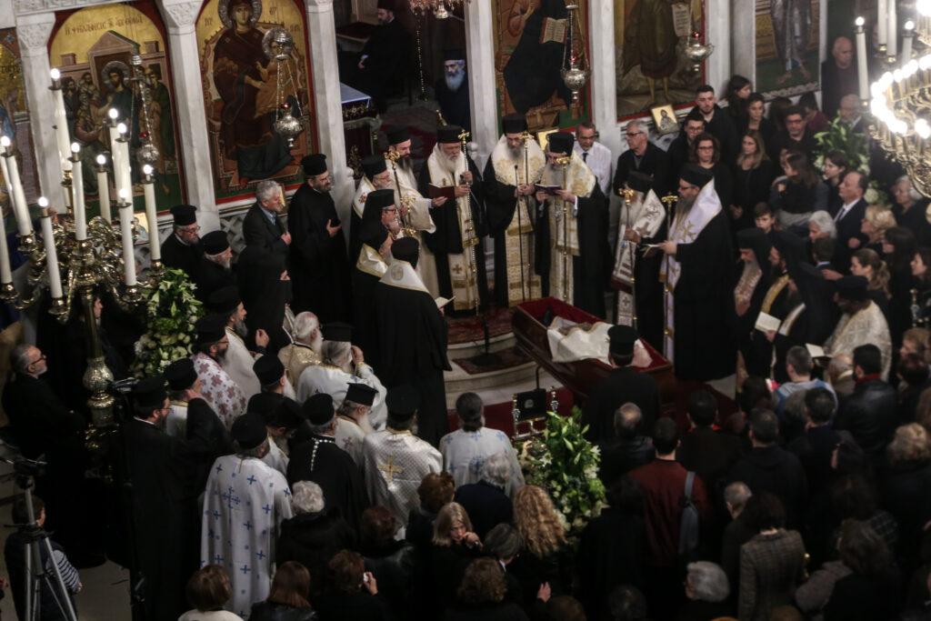 Ο «τελευταίος ασπασμός» στον π. Γεώργιο Μεταλληνό από κλήρο και λαό