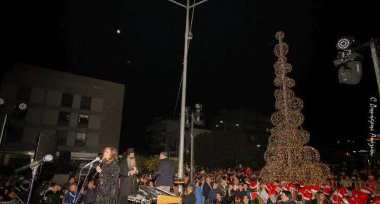 Ο Φθιώτιδος Συμεών άναψε του χριστουγεννιάτικο δέντρο της Λαμίας