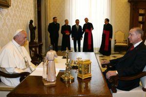 Mετάλλιο με τον «Άγγελο της ειρήνης» έδωσε στον Ερντογάν ο Πάπας
