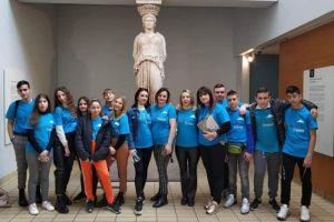 Μαθήτριες και μαθητές της Κρήτης τραγουδούν για τις «ξενιτεμένες» Καρυάτιδες και συγκλονίζουν!