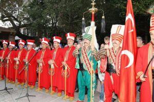 """ΘΛΙΨΗ: """"Οθωμανοί γενίτσαροι"""" έξω από Εκκλησία στο Σοχό Θεσσαλονίκης προκαλούν την νοημοσύνη μας"""
