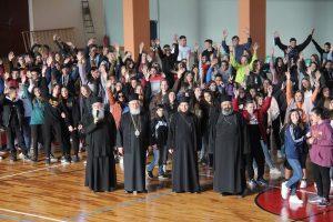 Εκατοντάδες νέοι μαζί με τον Μητροπολίτη Φωκίδος στο κλειστό γήπεδο Άμφισσας
