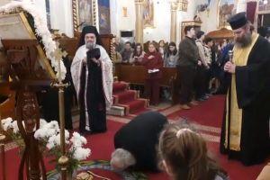 Γονατιστός μπροστά στην Παναγία ο Πατριάρχης Αλεξανδρείας