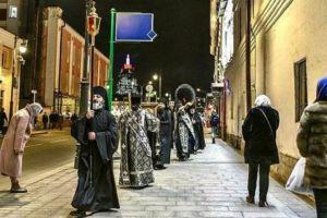 Οι Ρώσοι βγήκαν στους δρόμους με προσευχές και δεήσεις για εξαφάνιση του κορονοϊού..
