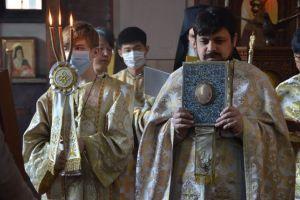 Κάθε βράδυ ενώνουν τις προσευχές τους στην Κορέα