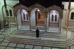 Θεσσαλονίκη: Έψαλε «Τη Υπερμάχω» από το προαύλιο του ναού – Συμμετείχαν πιστοί από μπαλκόνια