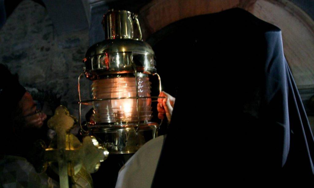 Κορονοϊός: Πώς θα έρθει το Άγιο Φως στην Ελλάδα – Πού και πώς θα μεταφερθεί στην χώρα