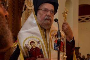 Ο γέρων Μητροπολίτης Βρυούλων Παντελεήμων απευθύνει την  προσευχή του  προς την Παναγία Βουρλιώτισσα από την « κατ´οίκον Εκκλησία».