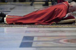 Ο Πάπας Φραγκίσκος εντυπωσίασε με την εδαφιαία μετάνοιά του