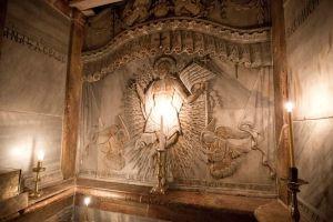 """""""Κεκλεισμένων των θυρών"""" η αφή του Αγίου Φωτός στα Ιεροσόλυμα"""