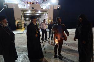 Ο Σεβ. Σύρου Δωρόθεος στη Σίκινο με το Άγιο Φως μέσα στην τρικυμιώδη θάλασσα