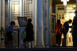 Δεκάδες πιστοί στη Μητρόπολη Χίου για την απόδοση της Αναστάσεως