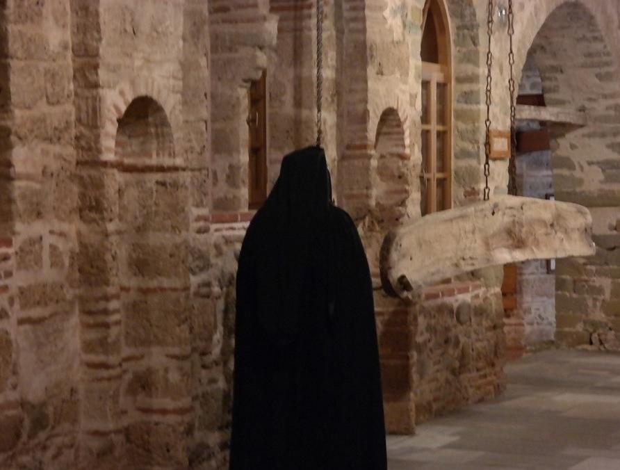 Με επιστολή τους 12 λαϊκοί αυτόπτες μάρτυρες αποκαθιστούν την αλήθεια για τον ιερομόναχο π. Ιγνάτιο και την κυρία που φορούσε τη μάσκα