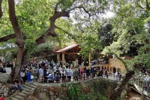 Η εορτή της Αγίας Κυριακής στο γραφικό εκκλησάκι της στο χωριό Καμπιά Διρφύων