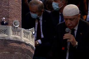 """Ο παρανοικός Ερντογάν μαγάρισε την Αγιά Σοφιά – Το σπαθί """"σύμβολο κατάκτησης της Πόλης"""""""