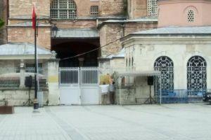Αγιά Σοφιά: Οι Τούρκοι ξηλώνουν τις πινακίδες «Μουσείο»