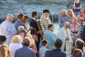 Λουσμένος από τις ακτίνες του δύοντος ηλίου και τη Θάλασσα ο βράχος της Χρυσοπηγής υποδέχθηκε την ομώνυμη εικόνα της Παναγίας